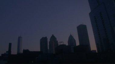 Büyük şehirde gökdelenler içinde güneş doğar — Stok video