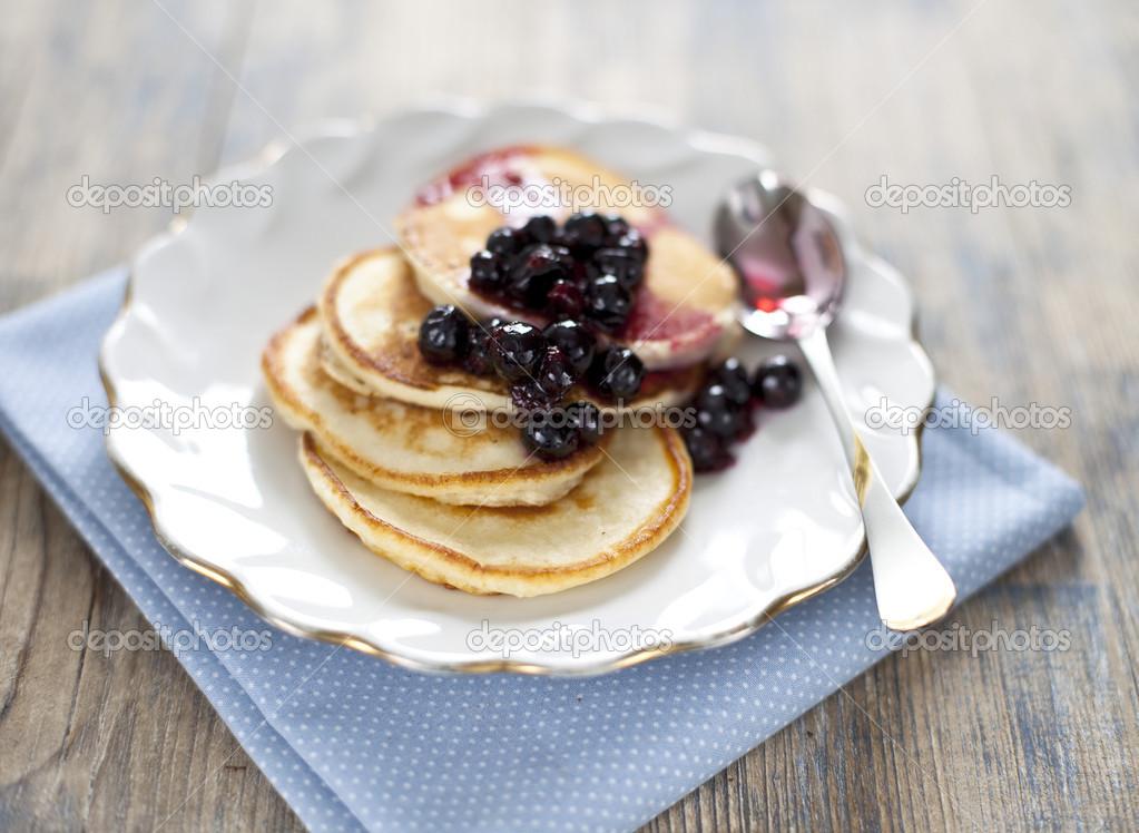 pfannkuchen mit schwarzen johannisbeeren marmelade stockfoto 14129024. Black Bedroom Furniture Sets. Home Design Ideas