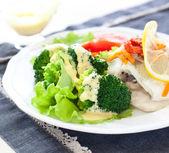 Gedämpfter fisch und broccoli — Stockfoto
