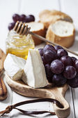 Brie cheese and grapes — Stock Photo