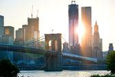 Ponte do brooklyn com a torre da liberdade e o horizonte ao fundo — Foto Stock
