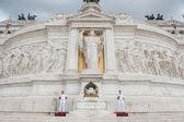 řím - 13. září. voják střeží oltář vlasti — Stock fotografie