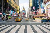 Nueva york - 28 de junio: a pie de times square, un cruce muy concurrido turístico de anuncios de comercio y una famosa calle de nueva york y nosotros, visto el día 28 junio de 2012 en nueva york. — Foto de Stock