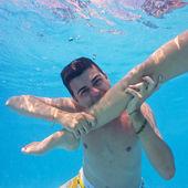 Para podwodne zabawy w basenie. — Zdjęcie stockowe