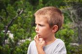 Retrato de menino de quatro anos ao ar livre nas montanhas. dolomit — Foto Stock