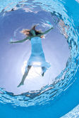 Unterwasser frau mode portrait mit weißen kleid im schwimmbad — Stockfoto