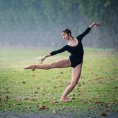 Young beautiful ballerina dancing in Tevere riverside in Rome, Italy — Stock Photo