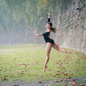Young beautiful ballerina dancing in Tevere riverside in Rome, Italy — Stock Photo