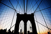 Brooklyn Bridge in New York at dusk. — Stockfoto