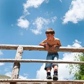 портрет шестилетнего мальчика на открытом воздухе в горах. — Стоковое фото
