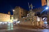 Fontána neptun v noční době v bologni. itálie. — Stock fotografie
