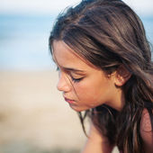 Intimate portrait of young girl on the beach. — Stok fotoğraf
