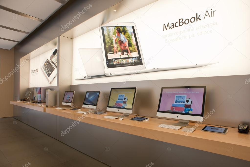 The Apple Store on August 6, 2012 in Bologna, Italy. Apple has 363 stores worldwide — Stock Photo #14581147