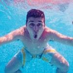 Underwater portrait of happy man in swimming pool — Stock Photo