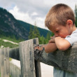 Portrait of four year old boy outdoors in the mountains. Dolomit - Foto Stock