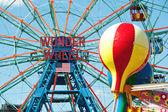 NEW YORK - JUNE 27: Coney Island's Wonder Wheel on June 27, 2012 — Stock Photo