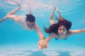 Underwater couple kissing in swimming pool — Stock Photo