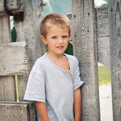 四岁的男孩户外在山中的画像。寻找 — 图库照片