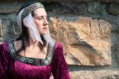 Belle jeune fille vêtue d'une robe médiévale bourguignonne — Photo