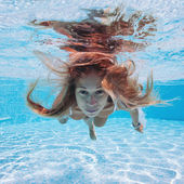 Underwater woman close up portrait in swimming pool — Stock Photo