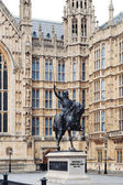 The Richard I Coer de Lion (1189 - 1199) statue with Westminster — Stock Photo