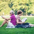 Old couple relaxing outdoors in Central Park on July 1, 2012 in — Stock Photo