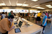 NEW YORK CITY - JUNE 23: visiting the Apple Store on 5th — Stock Photo