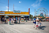 Riegelmann boardwalk in front of the Wonder wheel in Coney Islan — Stock Photo