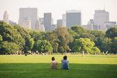 Disfrutando de relax al aire libre en central park en nueva york. — Foto de Stock