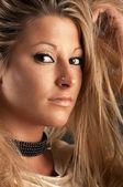 Belle femme avec un maquillage doré — Photo