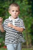 čtyři roky starý kluk běží venkovní — Stock fotografie