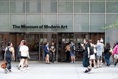 NEW YORK CITY - JUNE 25: entering the Museum of Modern Ar — Stock Photo