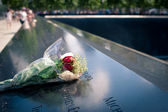 NEW YORK CITY - JUNE 25: Flowers left at the National 9-11 Memorial — Stock Photo
