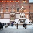 BOLOGNA, ITALY - FEBRUARY 4: enjoying snow in Maggiore square in Bologna, Italy - Zdjęcie stockowe
