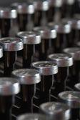 старая пишущая машинка клавиатура с серебряные монеты и черный раунд ключей backgrond — Стоковое фото