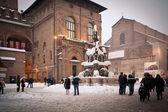 BOLOGNA, ITALY - FEBRUARY 4: enjoying snow in Neptune square in Bologna, Italy — Stock Photo