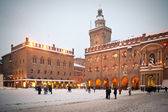 BOLOGNA, ITALY - FEBRUARY 4: enjoying snow in Maggiore square in Bologna, Italy — Stock Photo