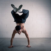 Young man acrobatic dancing. Free style — Photo