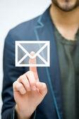 Mão de homem, pressionando o símbolo de correio — Foto Stock