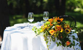 Wedding bouquet over white table outdoor — Stock Photo