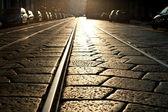 Straßenbahn-schienen-hintergrund bei sonnenschein. mailand, italien — Stockfoto