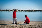 Twee broers spelen op het strand in een zonnige dag — Stockfoto