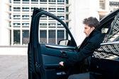 Elegante jüngling porträt mit luxus-auto — Stockfoto