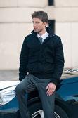 Retrato de hombre joven elegante con coches de lujo — Foto de Stock