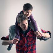 Joven padre e hijo jugando juntos retrato. estudio de tiro — Foto de Stock