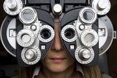 Dioptria de optometrista com garota — Foto Stock