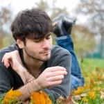 samimi bir parkta önünde adam portresi — Stok fotoğraf