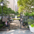 NEW YORK - JUNE 29: relaxing in Bowling Green Park — Stock Photo
