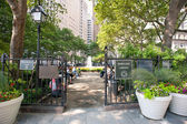 NEW YORK - JUNE 29: relaxing in Bowling Green Park — Stockfoto