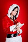 Boże Narodzenie kobieta notatek na dary na czerwonym tle — Zdjęcie stockowe